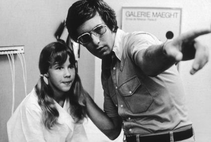 William Friedkin dirige Linda Blair sur le tournage de l'exorciste